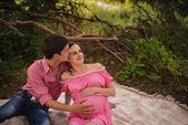 森の中の妊娠中のカップル — ストック写真