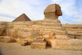 Profile of the Great Sphinx including the pyramid, Giza, Egypt — Stock Photo