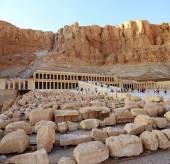 Rocks a front of Hatshepsut Temple in Egypt — Stock Photo