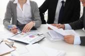 Рукопожатие бизнес людей, сидя за столом — Стоковое фото