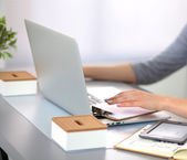 Giovane donna di affari che lavora ad un computer portatile — Foto Stock