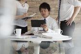 Företag som använder digital tablet — Stockfoto