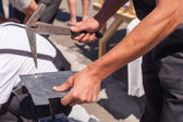 Worker produces roofing slate using a slate hammer — Stock Photo