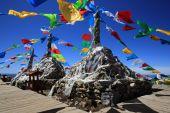 Tibetan buddhist prayer flags on mountain in Shangri-La, China — Stock Photo