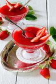 Strawberry gelé med färsk frukt på en vit trä bakgrund — Stockfoto
