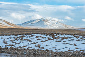 Amazing Tibetan landscape with snowy mountains and cloudy sky at Qinghai province — Stock Photo
