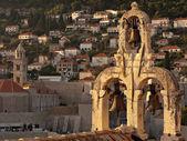 La torre del campanario en el centro de la ciudad de Dubrovnik — Foto de Stock