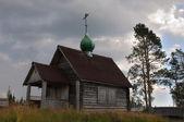 Antiga igreja russa numa colina — Fotografia Stock