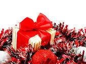 赤と白の見掛け倒し chistmas 背景と赤いリボンの装飾とのギフト ボックス — ストック写真
