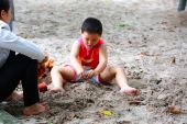 Hochiminh City, Vietnam - June 21, 2015: unidentified, baby boy in a park playing sand alone in Ho Chi Minh City, Vietnam — Stock Photo
