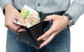 Handväska pengar i manliga händer — Stockfoto