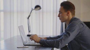 スチール デスクではノート パソコンで入力、動作の呼び出し — ストックビデオ