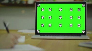 紙にメモを書きます。view1。画面のモックアップを — ストックビデオ