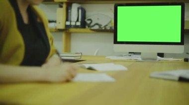 紙の上には、ux のコードを書きます。view1。画面のモックアップを — ストックビデオ