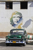 Green Classic Cuban Car and Che painting — Stock Photo