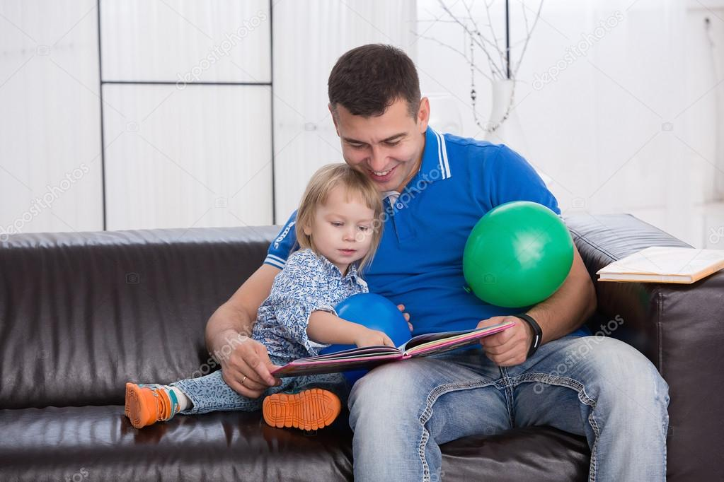 молодой папа учит дочку
