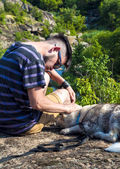 The guy with the dog on a rock — Stock Photo
