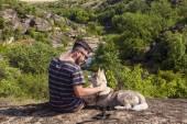 Le gars avec le chien sur un rocher — Photo