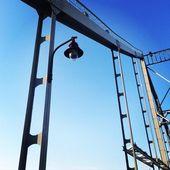 Most przeciw błękitne niebo — Zdjęcie stockowe