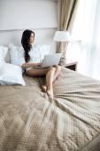 Hermosa mujer usando una laptop — Foto de Stock