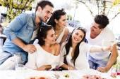 Skupina lidí, přičemž selfie — Stock fotografie