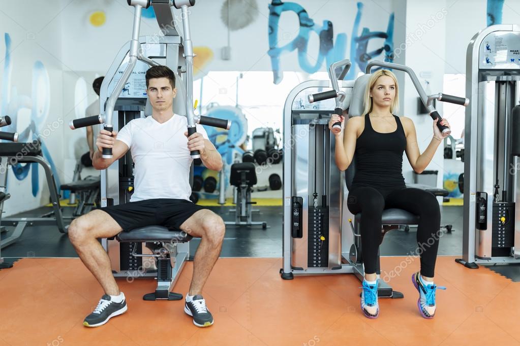 Personas haciendo ejercicio en el gimnasio foto de stock - Imagenes de gimnasio ...