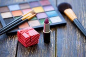 Gift box and brushes for makeup — Stock Photo