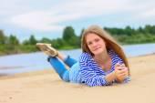 砂の上に横たわる美しい少女 — ストック写真