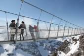 People on suspension bridge, Titlis, Switzerland — Stock Photo