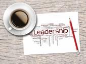 Kaffee, Bleistift und eine Notiz enthalten Wort Wolken von Führung und — Stockfoto