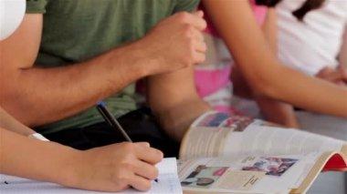 Gros plan des élèves faisant leur affectation — Vidéo