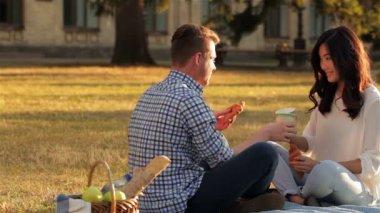 Piknik öğrenciler birkaç — Stok video