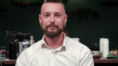 Cliente soddisfatto dopo buona rasatura e taglio di capelli — Video Stock
