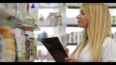 Pharmacist accounting the product in drugstore — Stock Video