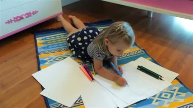 Cute little girl drawing. Elementary age. — Stock Video