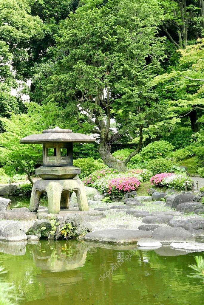 Japanska utomhus sten lykta blomma v xter i zen garden for Plante japonaise pour jardin
