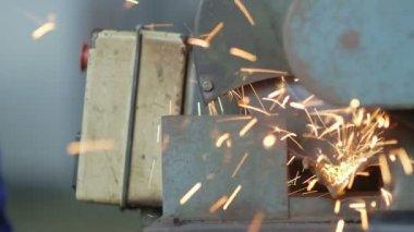 Corte um objeto de Metal com cortador de Plasma — Vídeo stock