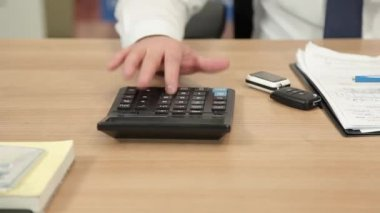 Man's hand considers on the calculator. — Stock Video