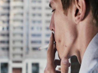 Ung kontorist röker en cigarett närbild på gatan bakgrunden — Stockvideo
