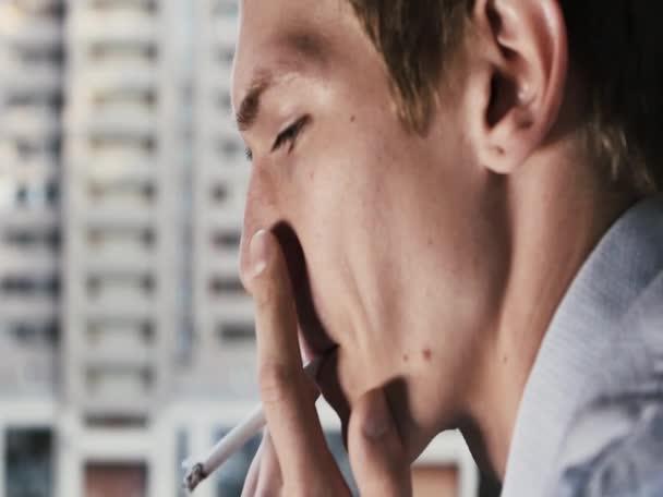 Gerente de fuma un cigarrillo en trabajo closeup lenta — Vídeo de stock