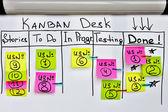 Kanban deska kolor naklejki z i do listy na biały biuro Zarządu. — Zdjęcie stockowe