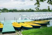 Весельная лодка и лебедь лодка в доке — Стоковое фото