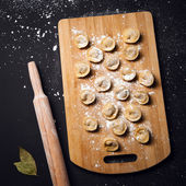 Dumplings. Russian traditional pelmeni with raw meat — Stock Photo