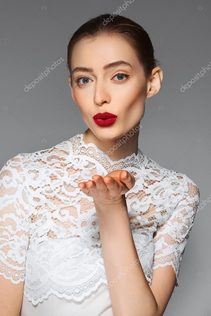 Платье в поцелуях белое