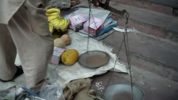 Viejo vendedor con papaya — Vídeo de stock
