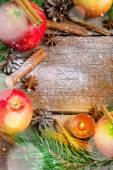 De kroon van Kerstmis gemaakt van Spar takken, kegels, rode appels — Stockfoto