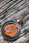 Прошутто ломтиках тефлоновой сковороде на старых завязывают деревянный стол — Стоковое фото