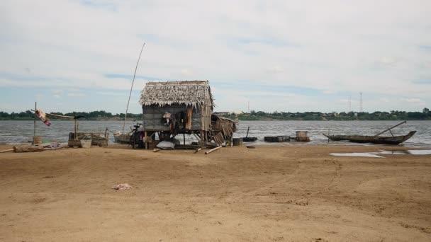 Casa vietnamita in legno su palafitte in piedi sul fiume for Cabine sul bordo del fiume