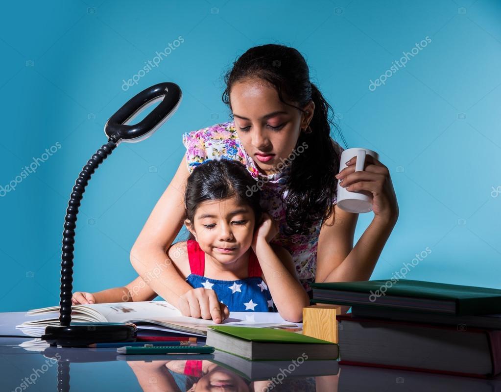 malé dívky Roztomilý indické dívky studují, inteligentní asijských dívek dělat domácí práce, indická sourozenci studují, indické malé dívky společně dělat domácí úkoly ...