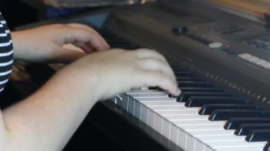 Hands plaing piano — Stock Video